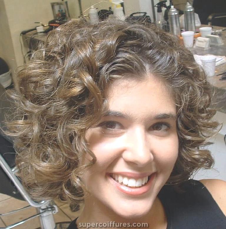 20 coiffures frisées pour des visages ronds