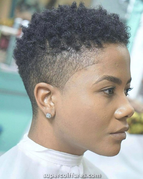 20 ravissantes coiffures afro frisées pour femmes