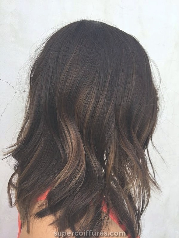 Varredura gira castanha clara para cabelos escuros