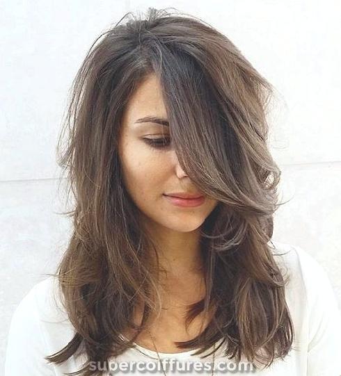 30 coiffures moyennes avec des couches pour les femmes