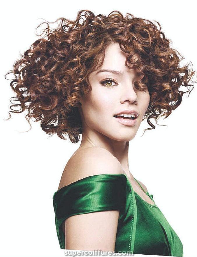 21 Coiffure élégante et glamour pour Bob Curly pour femmes