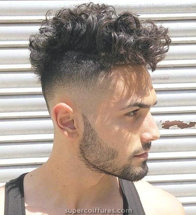 18 coiffures bouclées pour les hommes à regarder charismatique