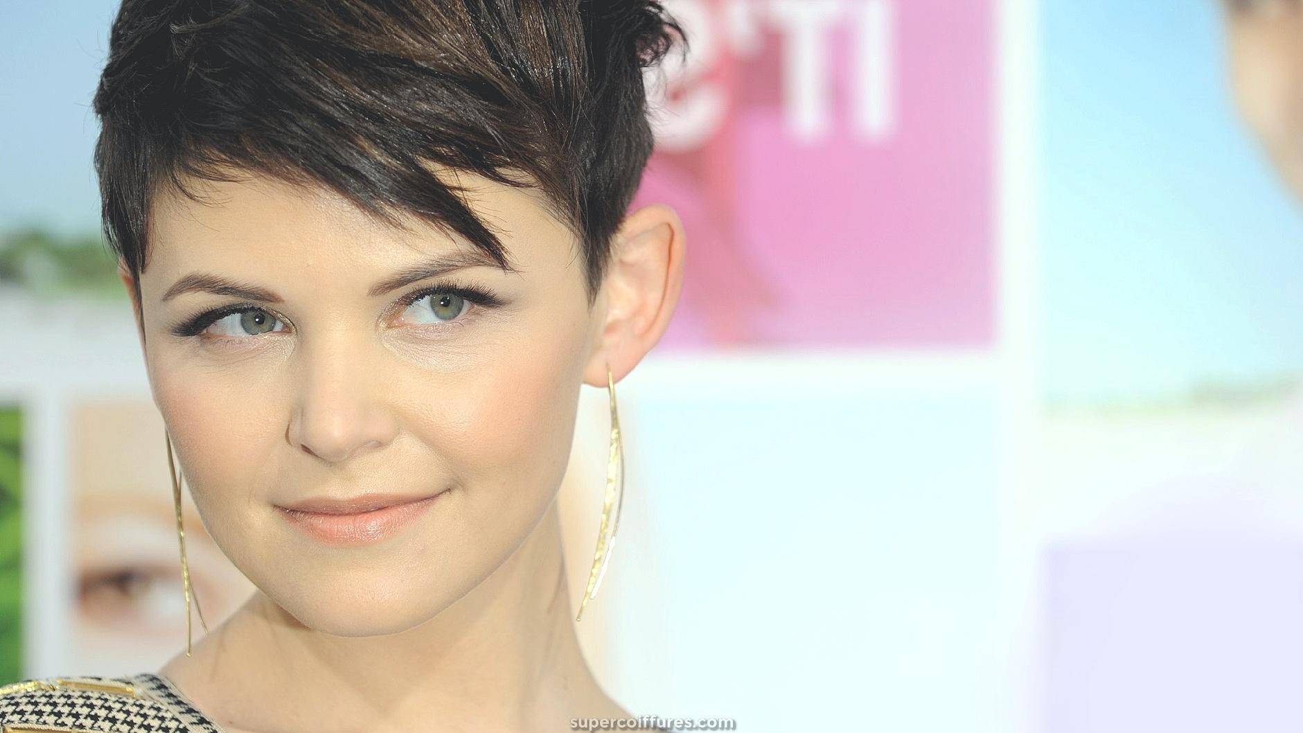 25 coiffures courtes magnifiques et flatteuses pour visages ronds