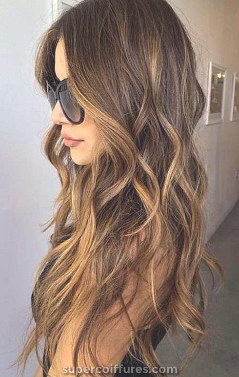 20 plus belles coiffures longues ondulées pour vous inspirer