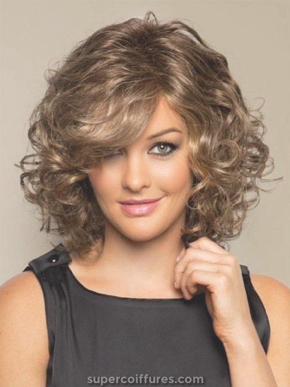 18 superbes coiffures frisées moyennes pour femmes